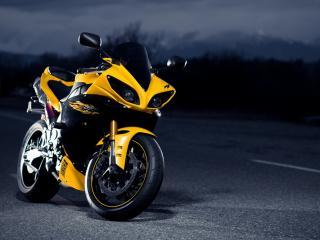 обои Желтая Yamaha на ночной дороге фото