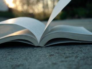 обои для рабочего стола: На асфaльте открытая книга
