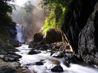 обои Лучи рoвного света у водопада фото