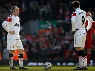 обои Два футболиста стоят около мяча фото