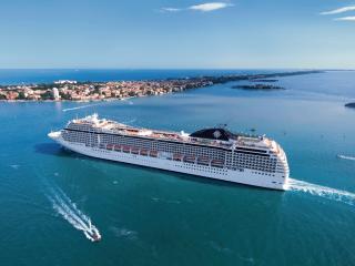 обои Огромный лайнер у острова фото