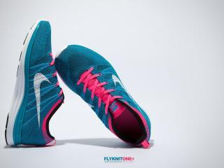 обои для рабочего стола: Голубые кросовки с розовыми шнурками