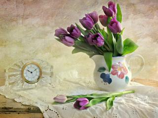 обои Натюрморт - Сиреневые тюльпаны в вазе и часы фото