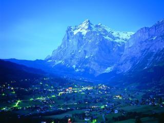 обои Вечер в поселке у высоких гор фото