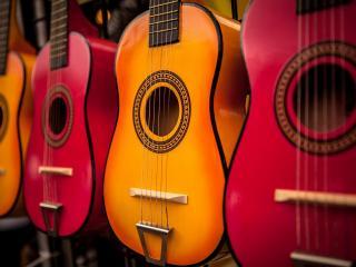 обои Разноцветные шестиструнные гитары фото