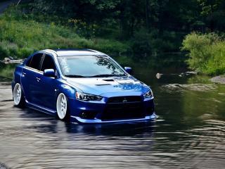 обои Синий митсубиси стоит в реке фото