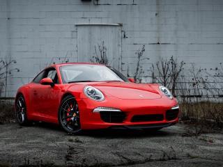 обои Красный Porsche у кирпичного здания фото