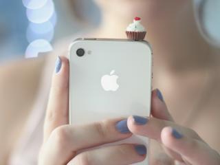 обои Айфон 4 в руках девушки фото