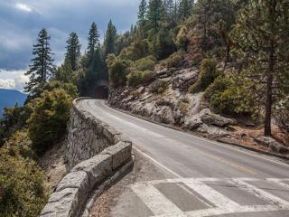 обои Дорога ведущая в горный тоннель фото