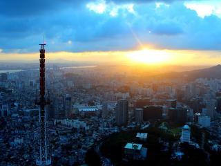 обои для рабочего стола: Восход солнца в большом городе
