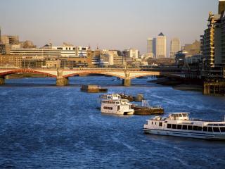 обои Мост через реку в большом городе фото