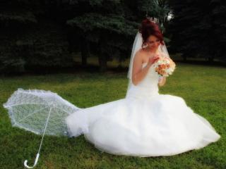 обои Невеста с букетом и зонтиком фото
