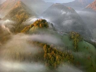 обои Осенние горы в утреннем тумане фото