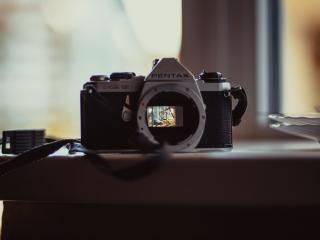 обои Фотоапарвт PENTAX с открытым объективом фото