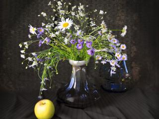 обои Натюрморт - Цветы в вазе с яблоком фото