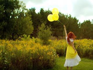 обои Девочка с желтыми шарами фото