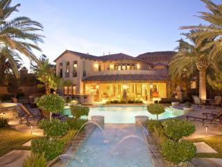 обои Роскошная вилла с бассейном и пальмами фото