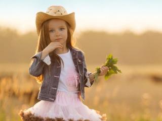 обои Девочка с букетиком из листьев фото