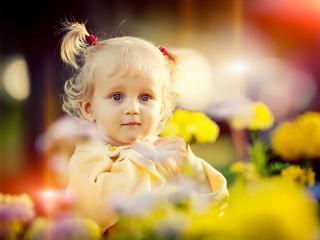 обои Девочка с большими глазами на фоне цветов фото