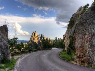 обои Дорога среди скалистой местности фото
