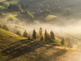 обои для рабочего стола: Туманное утро в деревне