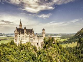 обои Большой замок на скалистой местности фото