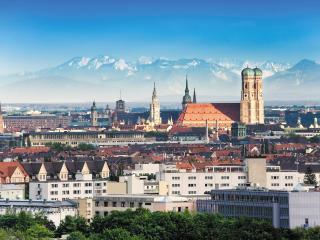 обои Город с постройками на фоне гор фото