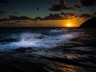 обои Большие волны на каменном берегу фото