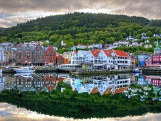 обои Отражение города в озере фото