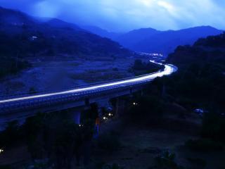 обои Мост над скалистой местностью фото