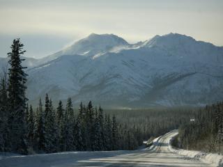 обои Зимняя дорога в предгорье фото