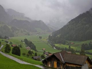 обои Альпийская деревенька в тумане фото