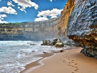 обои Пляж у отвесных скал фото
