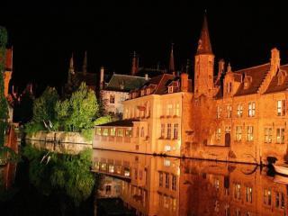 обои Ночной город на воде фото