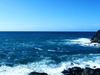 обои Бескрайнее море у каменного берега фото