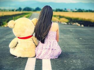 обои Девочка с медвежонком на дороге фото