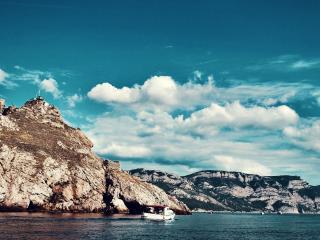 обои Каменный утес на берегу залива фото