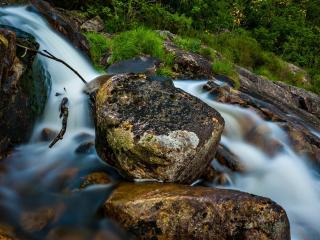 обои Весенний ручей,   вниз по большим камням фото