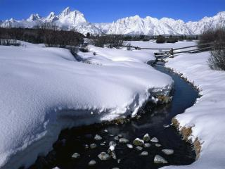 обои Зимний ручей в горах,   под чистым синим небом фото