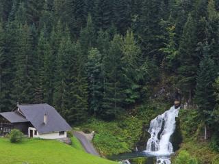 обои Водопад на окраине альпийской деревеньки фото