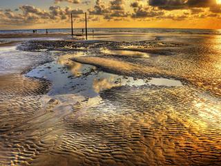 обои Мокрый песчаный пляж,   на закате фото