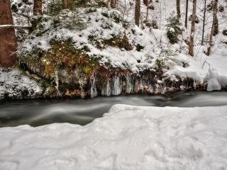 обои Зимний ручеек среди снегов фото