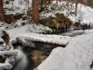 обои Переправа через зимний ручей фото