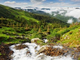 обои Летний ручей,   среди зеленых холмов у самых облаков фото