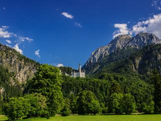 обои Замок между зеленых гор фото