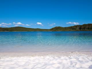 обои Голубое озеро с белым песком фото