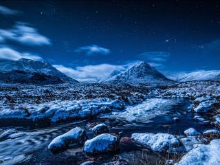 обои для рабочего стола: Ручей среди снежных гор,   зимней ночью