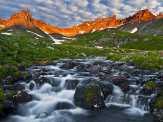 обои для рабочего стола: Цветущая весна в горах,   у ручья