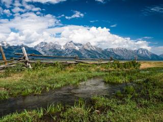 обои Летний ручей в горах,   у изгороди фото