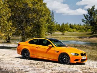 обои Оранжевый BMW у ручья фото